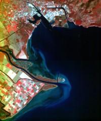 Lažnobarvni prikaz izliva Soče v Jadransko morje v Tržiču v Italiji